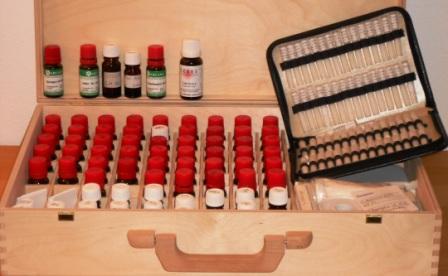 Das Foto zeigt homöopathische Heilmittel im Holzkoffer für Hausbesuche