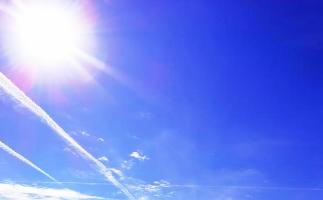 Lebensberatung in München - Bewusstsein und Klarheit für das Wesentliche, symbolisiert durch strahlend blauen Himmel und strahlende Sonne